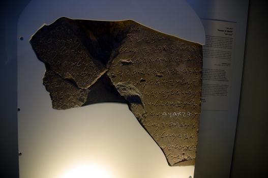 De stèle van Tel Dan is te zien in het Israël Museum. Foto: © Alfred Muller