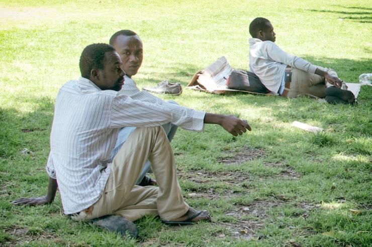 Afrikaanse asielzoekers in Tel Avivs Levinsky Park. Foto: Alfred Muller