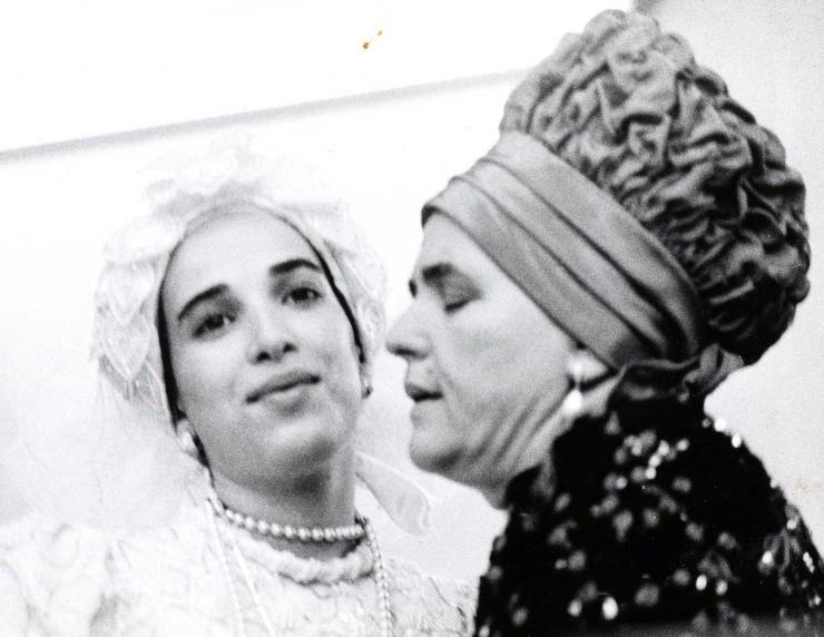 3 De Belzer rebbetzin (vrouw van een rebbe) zegent haar nieuwe schoondochter tijdens een huwelijksplechtigheid. Foto: Joan Roth, New York, Israël Museum.