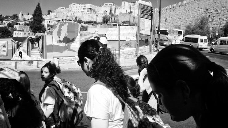 Schoolmeisjes op weg naar de Stad van David.