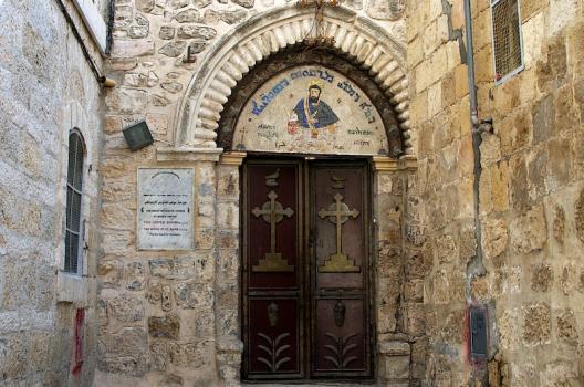 De ingang van de Syrisch-orthodoxe St. Marcuskerk.
