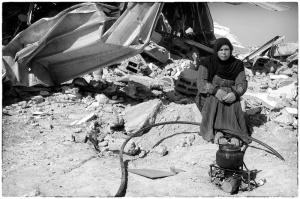 Een bedoeïenen vrouw voor een verwoest huis dat illegaal werd gebouwd in de Negev. Foto © Alfred Muller