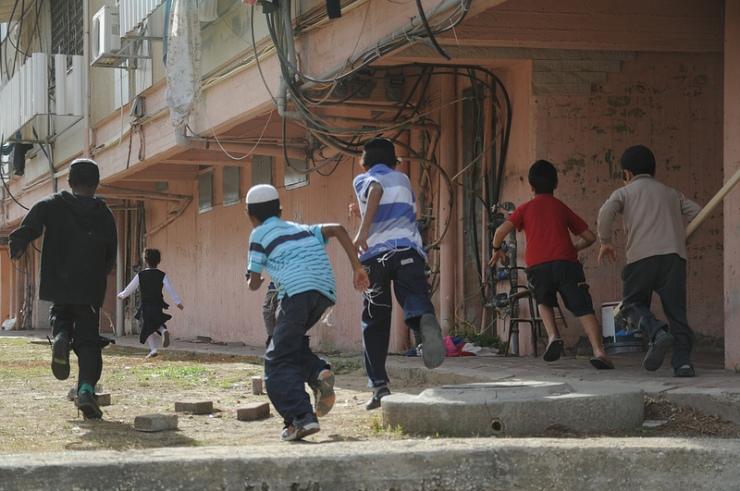 Israëlische kinderen in de stad Kiryat Malachi vluchten naar een schuilplaats bij een raketaanval vanuit de Gazastrook . Foto: IDF