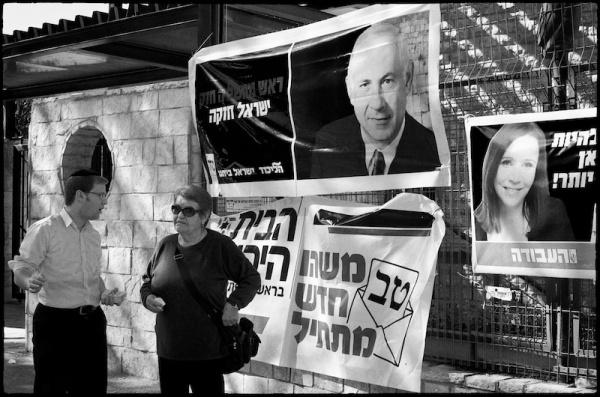 Partijactivisten voor een portret van Netanyahu. Foto: © Alfred Muller