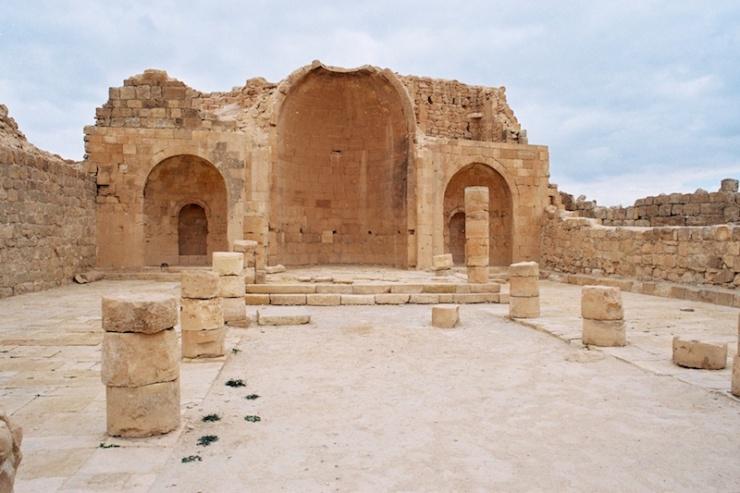 Een kerk in Shivta in de Negev. Foto: © Alfred Muller.