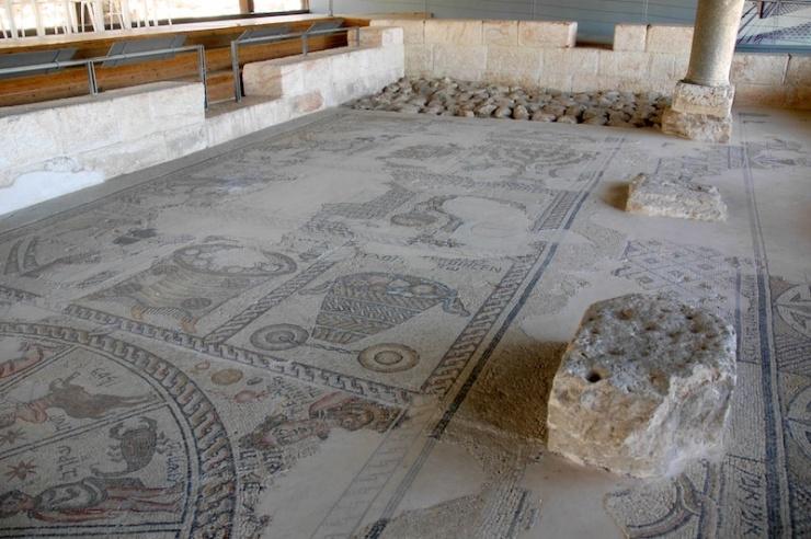 In de opgegraven synagoge van Zippori, met boven de menora en rechtsonder een deel van een sterrenbeeld. Foto: © Alfred Muller