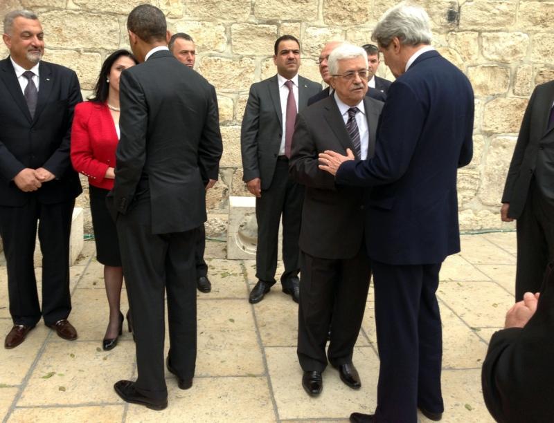 Bethlehems burgemeester Vera Baboun begroet de Amerikaanse president Barack Obama en de Palestijnse president Mahmoud Abbas begroet de Amerikaanse minister John Kerry bij aankomst bij de Geboortekerk. Foto: State Department.