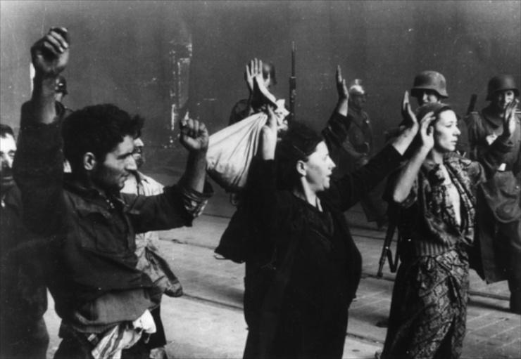 De SS en de SD pakken Joden op tijdens de opstand in het Getto van Warschau in 1943. Foto: Fotoarchief Yad Vashem.