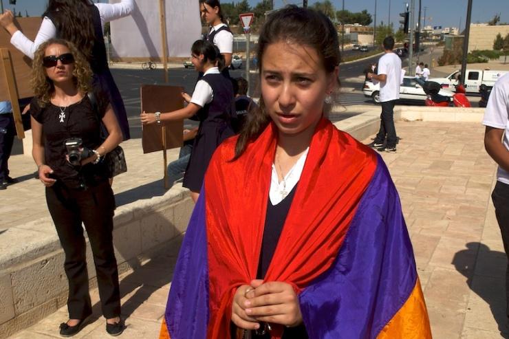 Een Armeens meisje demonstreerde in 2007 voor erkenning van de Armeense genocide voor het ministerie van Buitenlandse Zaken in Jeruzalem. Foto: © Alfred Muller