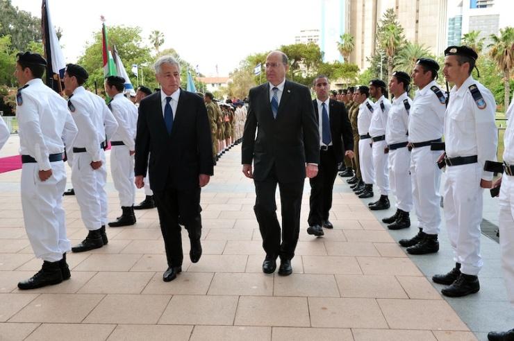 De Amerikaanse minister van Defensie Chuch Hagel (l.) en zijn Israelische ambtgenoot Moshe Ya'alon (r.). Foto: Ministerie van Defensie.