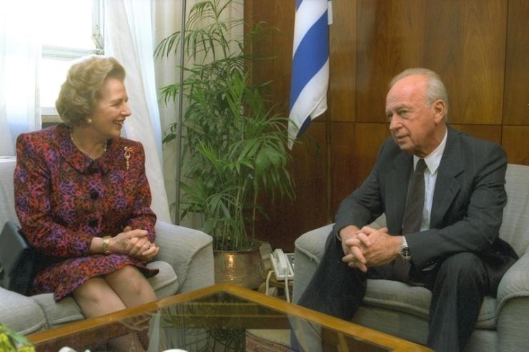 Premier Yitzhak Rabin ontving in november 1992 Margaret Thatcher in zijn kantoor. Thatcher was premier van het Verenigd Koninkrijk van mei 1979 tot november 1990. Rabin was Israëls premier van juni 1974 tot april 1977 en van juli 1992 tot november 1995. Foto: GPO.