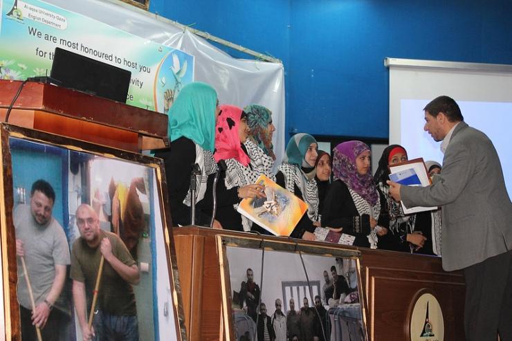 Studenten aan de Gaza al-Aqsa Universiteit tonen hun solidariteit met Palestijnse gevangevanen. Foto: Joe Catren, Flickr.