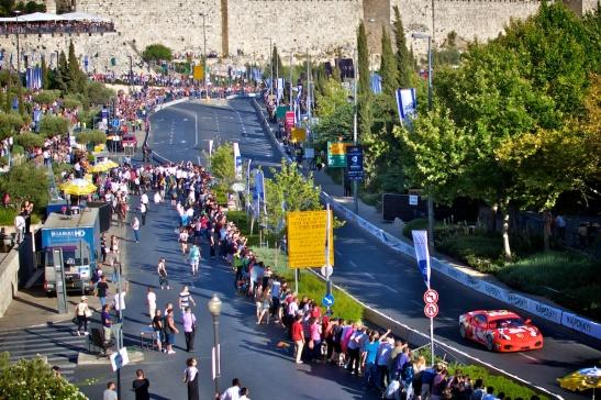 Op de Mamilla Boulevard met de oude stadsmuren van Jeruzalem. Foto: © Alfred Muller