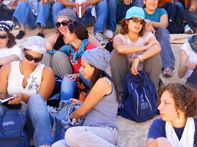 Jongvolwassenen op een trip door de woestijn. Foto: met dank aan Musalaha.
