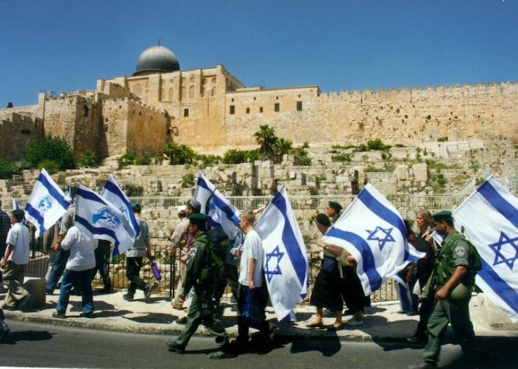 Activisten wandelen met vlaggen langs de zuidzijde van de Tempelberg. Foto: © Alfred Muller