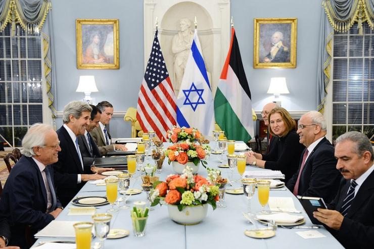 De Amerikaanse minister van Buitenlandse Zaken John Kerry ontving gisteren de Israëlische en Palestijnse delegaties bij een Iftar diner. Foto: State Department.
