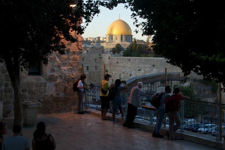 Toeristen kijken naar de Westelijke Muur en de Rotskoepel op het Tempelplein, gebieden waaruit Israel zich volgens BDS-activisten terug moet trekken. Foto: © Alfred Muller