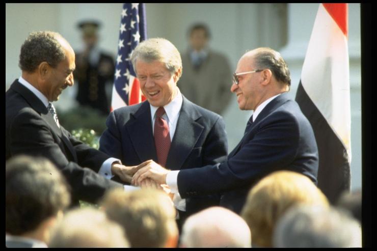 De Egyptische [resident Anwar Sadat (l.), de Amerikaanse president Jimmy Carter (m.) en de Israëlische premier Mebachem Begin (r.) schudden elkaar de hand na het tekenen van het vredesakkoord op 26 maart 1979. Foto: Tal Shabtai, GPO