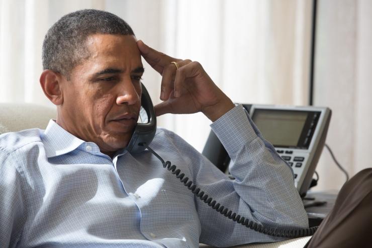 Het Midden-Oosten bezorgt president Barack Obama hoofdbrekens. Hier spreekt hij spreekt met zijn veiligheidsadviseur over de situate in Egypte tijdens zijn bezoek aan Chilmark, Mass., Aug. 15, 2013. Foto: Het Witte Huis, Amanda Lucidon.