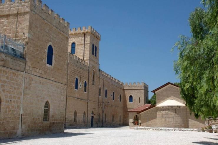 Het klooster van Bet Gemal, mets rechts daarvan de kerk. Foto: © Alfred Muller