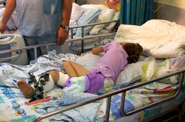 Een Syrisch meisje in het Zivziekenhuis in Safed. Foto: © Alfred Muller