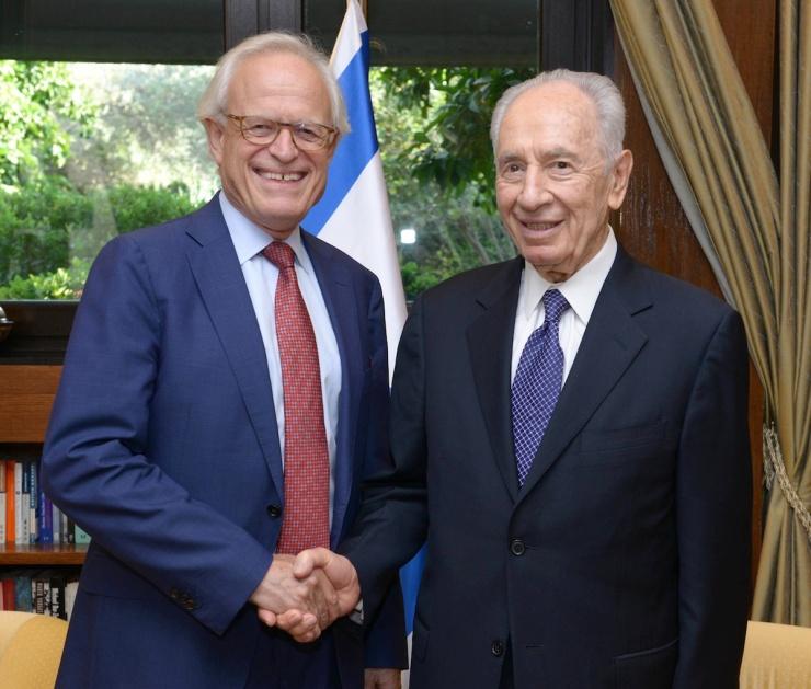 """De Israëlische president Shimon Peres (r.) ontmoette deze week de Amerikaanse diplomaat Martin Indyk. Indyk is de Amerikaanse afgeznt bij de besprekingen. Peres zei: De steun van de VS aan de vredesbesprekingen is cruciaal om langdurige resultaten tussen de twee zijden te behalen."""" Foto: GPO via het kantoor van de president."""