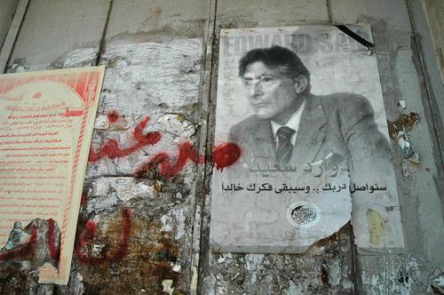 Een poster van Edward Said op de muur tussen Israël en Palestijnse gebieden. Foto: Wikipedia