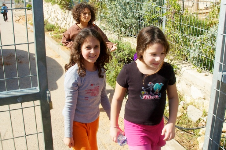 Leerlingen op weg naar de Hand-in-Hand school in Galilea. Foto: © Alfred Muller