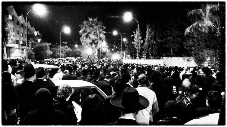 Honderdduizenden woonden de begrafenis van rabbijn Ovadia Yosef bij. Op een straat in de buurt naast de Sanhedira begraafplaats. Foto: Alfred Muller