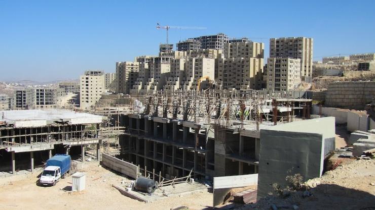 Rawabi, de nieuwe Palestijnse stad op de Westelijke Jordaanoever. De gebouwen op de voorgrond zijn nieuwe scholen. Foto: © Alfred