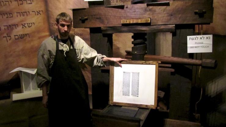 Een medewerker van het Bijbellandenmuseum toont een Latijnse tekst die is gedrukt op de Gutenbergpers. Foto: © Alfred Muller