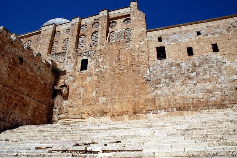 Trappen aan de zuidzijde van het tempelplein die toegang gaven tot de tempel. In de muur is aan de linkerzijde nog een boog van een van de Huldapoorten te zien. Foto: © Alfred Muller