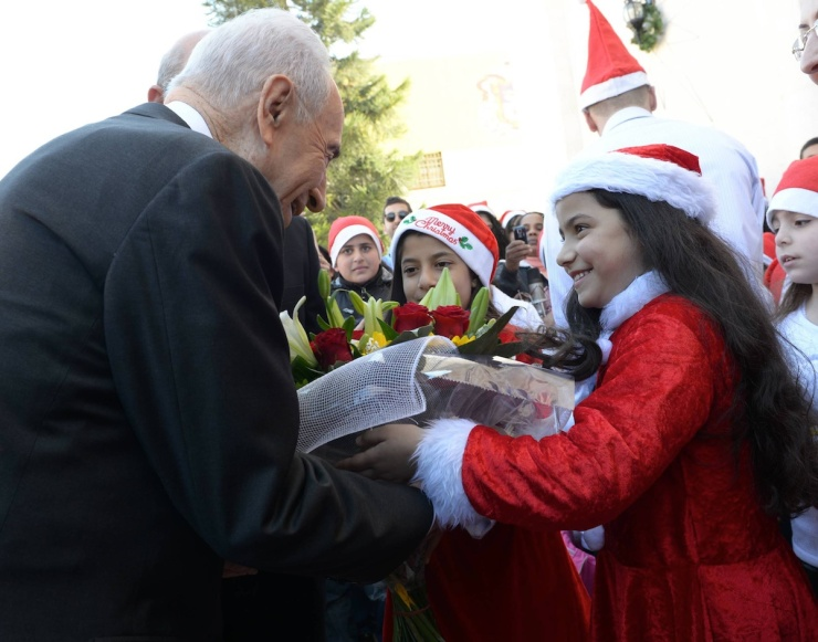 President Shimon Peres  wordt welkom geheten door de rooms-katholieke gemeenschap in Ramle. Foto: Mark Neiman/GPO