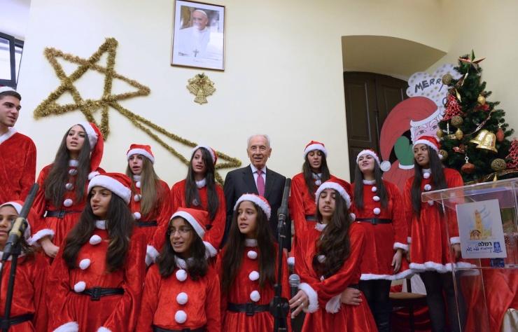 Peres temidden van jongeren in Ramle. Foto: Mark Neiman/GPO
