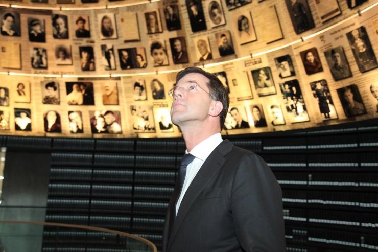 Premier Rutte bekijkt foto's van Holocaustslacht offers.