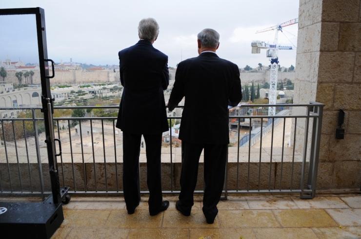 John Kerry en Benjamin Netanyahu kijken naar de Oude Stad. Foto: State Department.