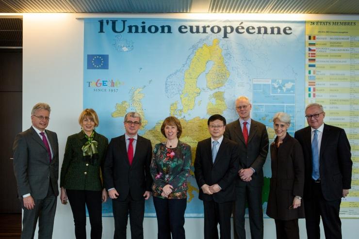 Een groepsfoto na het gesprek van Iran met de E3+3 (Frankrijk, Duitsland, Verenigd Koninkrijk), China, Rusland en de VS. Van links naar rechts: Hans-Dieter Lucas(Duitsland), Helga Schmid(EU), Jacques Audibert (Frankrijk), Catherine Ashton (De Hoge Vertegenwoordiger van de Unie voor buitenlandse zaken en veiligheidsbeleid ), Pang Sin(China), Simon Gass (VK), Wendy Sherman(VS), Sergey Ryabkov(Rusland). Foto: EU/AFP/Pierre Albouy op Flickr, CC.