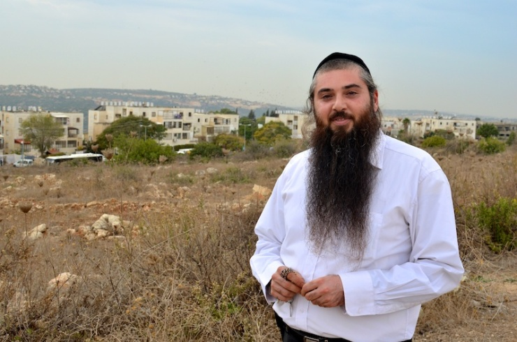 Aharon Elyashiv, de  rechterhand van de burgemeester, staat voor een terrein waar de gemeente Immanuel huizen hoopt te bouwen. Foto: © Alfred Muller