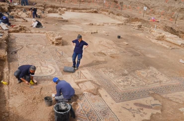 Archeologen hebben bij mosjav Aluma, in het zuiden van Israël, een 1500 jaar oude Byzantijnse kerk met fraaie mozaïeken ontdekt. Foto: Israëlische Oudheidkundige Dienst