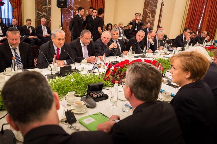 Israëlische en Duitse ministers in gesprek.