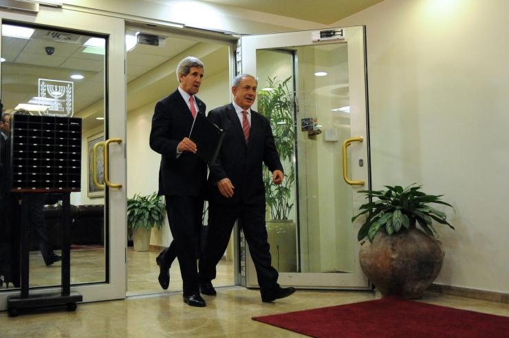 De Amerikaanse minister van Buitenlandse Zaken John Kerry (l.) ontmoet premier Benjamin Netanyahu van Israël tijdens een van zijn bezoeken. Foto: State Department, Flickr cc.