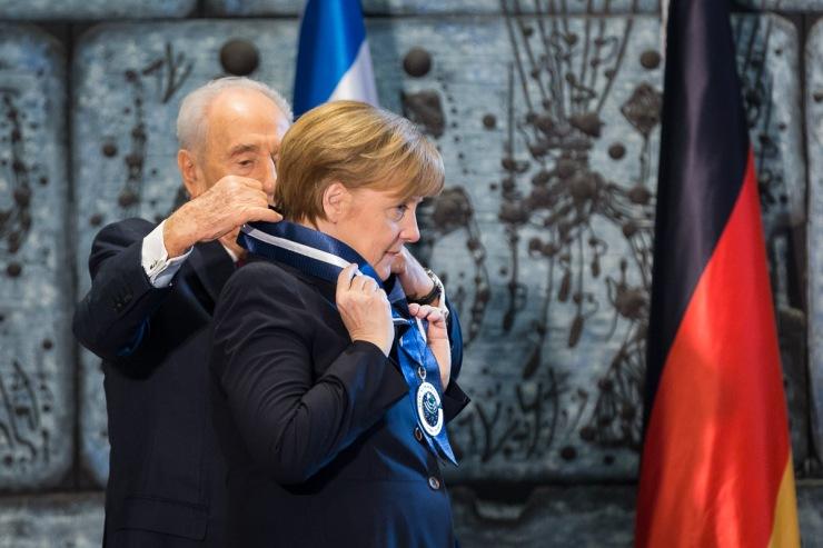 President Shimon Peres gaf Merkel 'de medaille van onderscheid', de hoogste onderscheiding die de staat Israël toekent, voor haar inzet tegen antisemitisme.