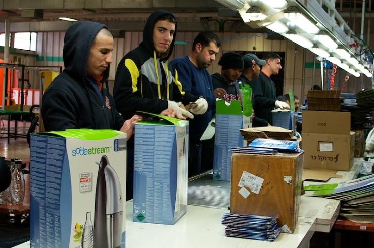 Palestijnen in de SodaStreamfabriek. Foto: © Alfred Muller.