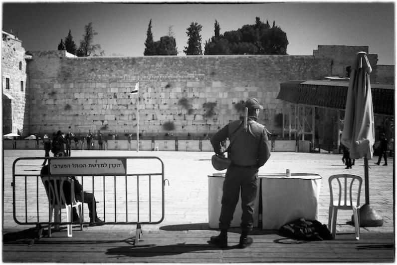 De oproerpolitie op wacht bij de Westelijke Muur. Rechts de stellage die leidt naar de Mughrabi poort van de Tempelberg. Foto: © Alfred Muller