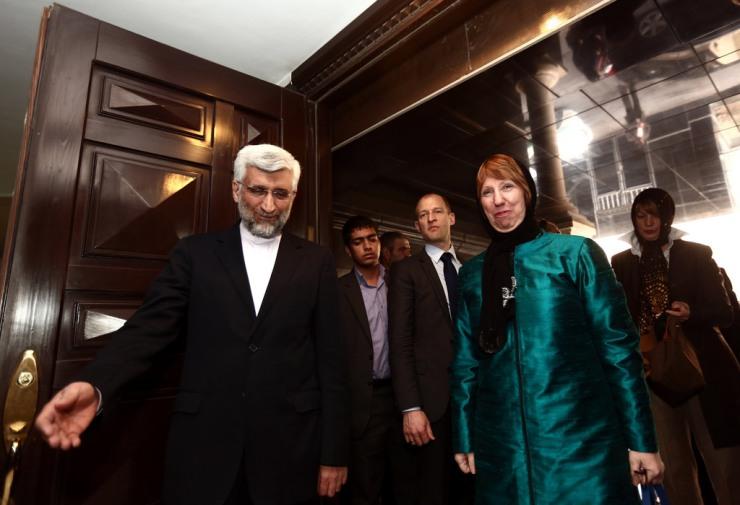 De Iraanse hoofdonderhandelaar Saeed Jalili (l.) begroet de Hoge Vertegenwoordiger van de Europese Un(r.) in Teheran op 9 maart 2014. Foto: Behrouz Mehri, European External Action Service - EEAS