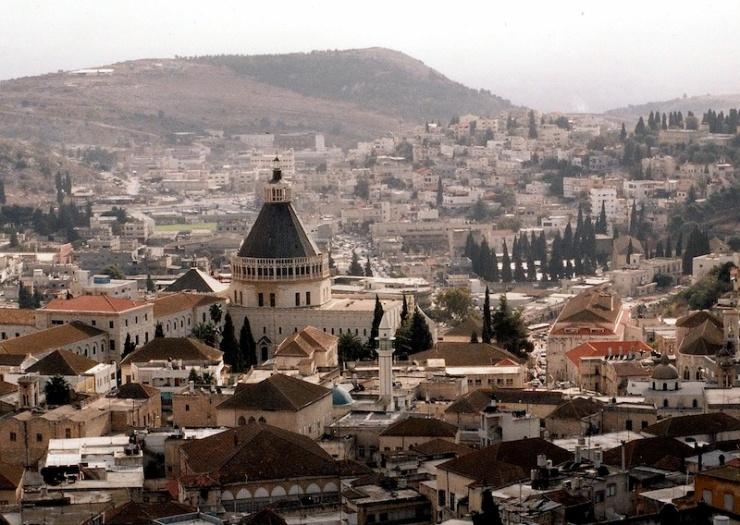 Gezicht op het centrum van Nazareth, met in het midden de Basiliek van de Annunciatie (Aankondiging). Foto: © Alfred Muller