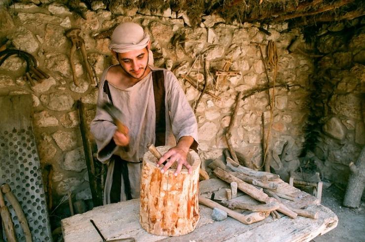 De timmerman aan het werk in Nazaret Village. Foto: © Alfred muller