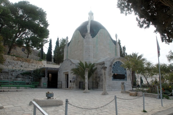 De kerk in de vorm van een traan.