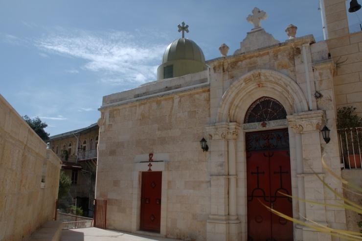 Het klooster met rechts de kapel die is aangelegd in de grot waar volgens de traditie de apostelen zich verborgen.