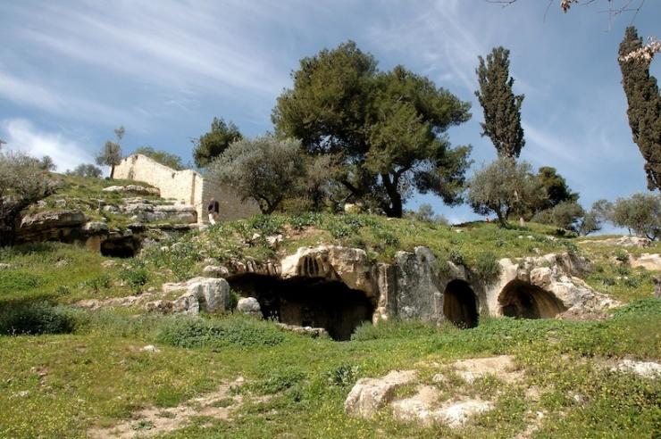In het midden het graf van Annas in het gebied met op de achtergrond een deel van het Onuphrius klooster.